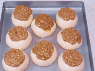 面包店的畅销款之~帕帕罗蒂【咖啡墨西哥面包】,发酵至手指轻摁表面可以缓慢回弹,取出.在面包玩胚顶部挤上墨西哥酱