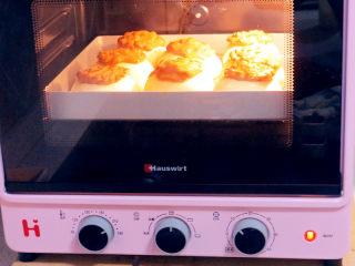 面包店的畅销款之~帕帕罗蒂【咖啡墨西哥面包】,放入预热好的烤箱中,185度烘烤18分钟左右(请根据自家烤箱习性调整温度和时间)
