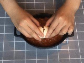 意式早餐烘蛋,在凹陷处打入一颗鸡蛋