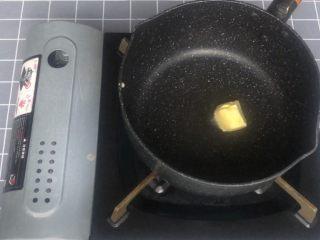 意式早餐烘蛋,锅中下一小块黄油加热至融化