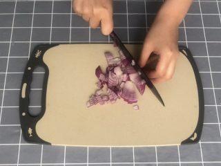 意式早餐烘蛋,洋葱切碎丁备用