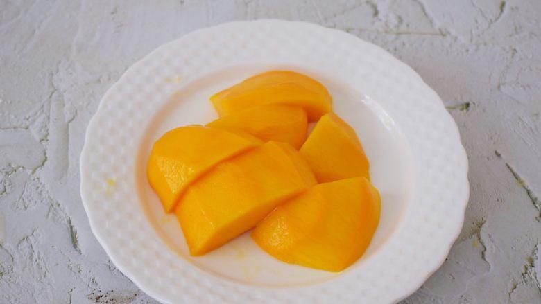 芒果班戟,芒果去皮去核切成小块备用