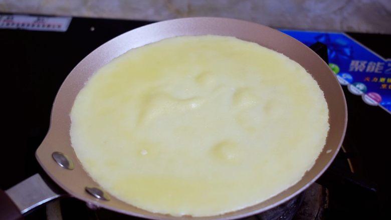 芒果班戟,煎至饼皮鼓起大泡就可以盛出晾凉备用