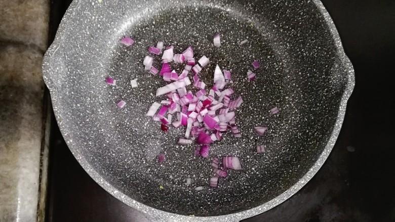 营养又美味的芦笋蛋炒饭,锅内再加一点油,倒入洋葱炒香