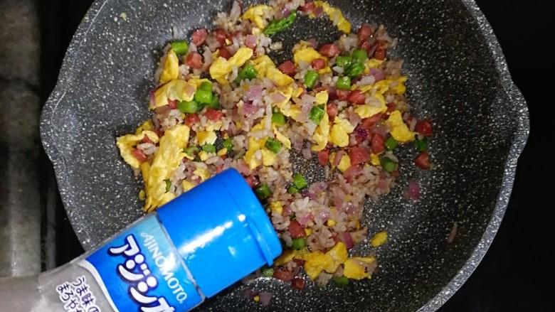 营养又美味的芦笋蛋炒饭,出锅前撒适量的盐调味噢!