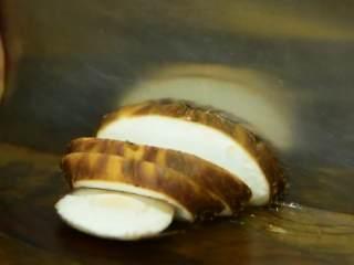 绚丽缤纷的,看着就很高级,香菇洗净切片。