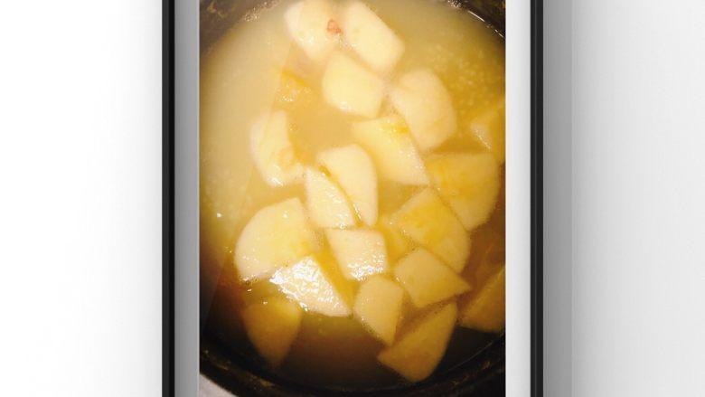 银耳苹果莲藕粥,放入银耳和苹果块!
