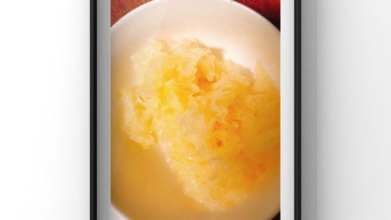 银耳苹果莲藕粥,泡发好的银耳切小块备用!