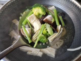 麻辣香锅——麻辣界的扛把子,焯好的食材沥水捞出备用。