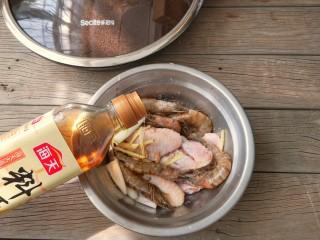 麻辣香锅——麻辣界的扛把子,处理好的鸡翅和虾放进容器中,加入葱姜和适量的盐,加入料酒,抓拌均匀腌制15分钟。