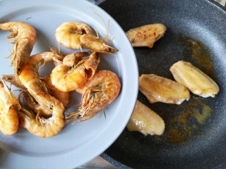 麻辣香锅——麻辣界的扛把子,煎至鸡翅一面金黄后翻面煎另一面,虾比较易熟,煎至外皮焦脆后先将虾夹出。