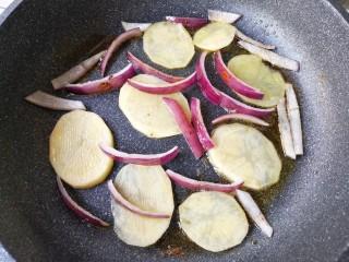 麻辣香锅——麻辣界的扛把子,用锅中的底油将土豆片和洋葱煎一下。