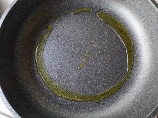 麻辣香锅——麻辣界的扛把子,锅中适量油烧热。(做麻辣香锅最好用菜籽油)