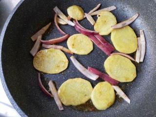 麻辣香锅——麻辣界的扛把子,煎至土豆片和洋葱外表微黄,土豆片有透明感即可盛出备用。