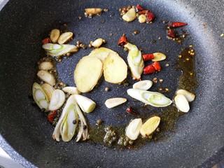 麻辣香锅——麻辣界的扛把子,锅中再次加入适量的油,下入葱、姜、蒜、干辣椒、青麻椒爆出香味。