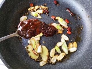 麻辣香锅——麻辣界的扛把子,加入一大勺黄豆酱。