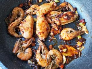 麻辣香锅——麻辣界的扛把子,下入煎好的鸡翅和虾,翻炒均匀。