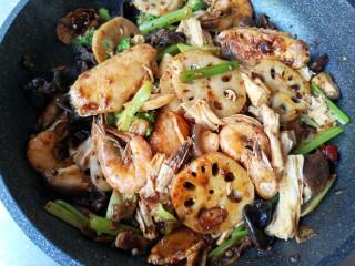 麻辣香锅——麻辣界的扛把子,再下入处理好的各种蔬菜翻炒,炒至所有菜都均匀沾上酱料。