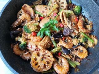 麻辣香锅——麻辣界的扛把子,最后放上香菜就可以上桌啦!