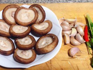 蒜蓉蚝油香菇,准备原材料香菇去蒂洗净控干水分、蒜、红辣椒备用
