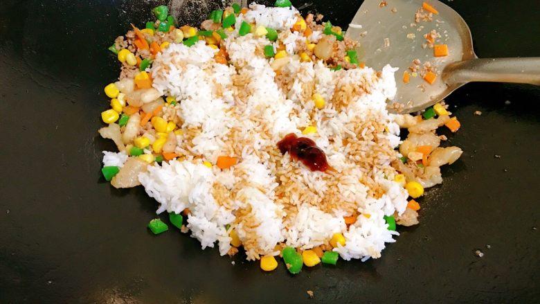 烤鱿鱼包饭,调入少许酱油和蚝油。