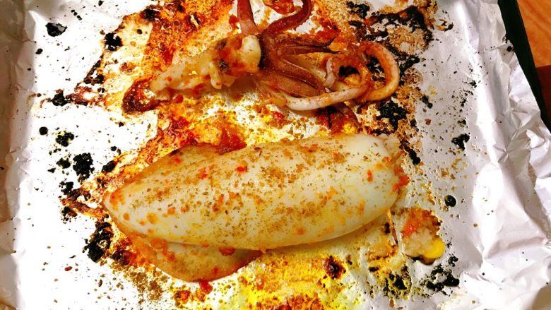 烤鱿鱼包饭,烤熟拿出均匀撒上孜然粉。