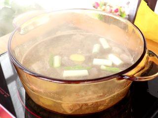 山药羊肉汤,放入锅中,大火烧开,改中小火炖40min左右  tips:给宝宝吃,建议羊肉选用嫩的