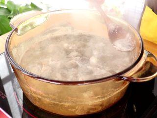 山药羊肉汤,浸泡清洗干净的羊肉,加适量清水,煮沸撇去浮沫