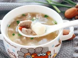 山药羊肉汤,家里刚好有自己种的青蒜苗,切碎撒一点儿,味道极好。  小月龄的宝宝,可以将煮好的羊肉和山药加适量的汤,放在搅拌杯中,搅打成肉糊食用