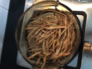 #爽口凉菜#凉拌黄花菜,锅内烧开水,加入盐,放入泡好的黄花菜焯烫五分钟