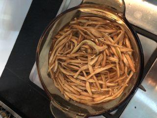 #爽口凉菜#凉拌黄花菜,捞起黄花菜控干水分备用,装在干净的碗里,加点油拌匀,这样可以让黄花菜更有光泽度