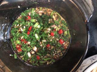 #爽口凉菜#凉拌黄花菜,炒香的蒜末里加入香菜,醋,酱油搅拌均匀,调成酱汁
