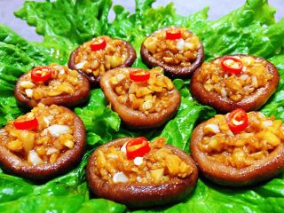 蒜蓉蚝油香菇,最后摆上红辣椒即美观又提味