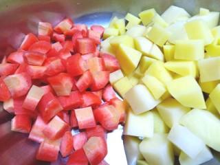 咖喱牛腩土豆,土豆,胡萝卜切丁