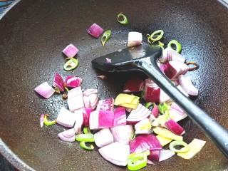 咖喱牛腩土豆,下洋葱翻炒片刻