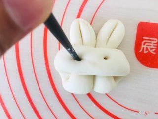 小白兔馒头,用筷子戳洞。
