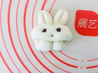 小白兔馒头,装上红豆做眼睛。