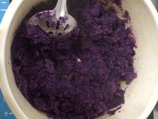 土豆紫薯饼,紫薯洗净去皮上锅蒸熟后加少许牛奶捣成泥备用。(也可以加糖,蜂蜜或者炼乳)