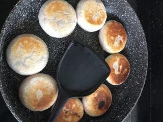土豆紫薯饼,翻面,盖锅盖,同样两到三分钟,煎至两面金黄即可。