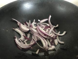 家常版拿波里意面,先煸炒洋葱