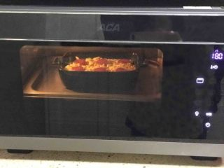 腊肠焗饭,烤箱预热好,180度只开上火,10分钟左右至芝士融化即可。