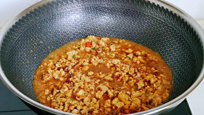 肉酱拌面,加入半小碗纯净水,大火烧开转中火翻炒1分钟。