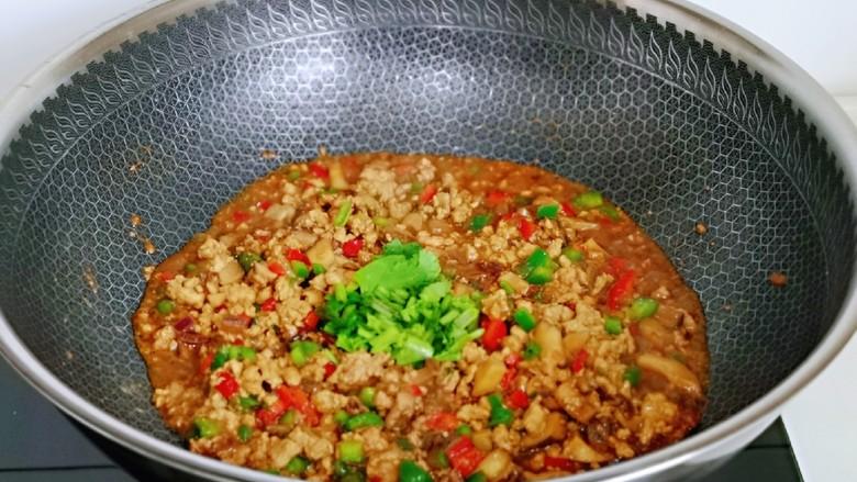 肉酱拌面,淀粉用少许水化开,倒入肉酱中,快速翻炒至粘稠,加入切好的香菜,翻炒均匀关火盛出备用。