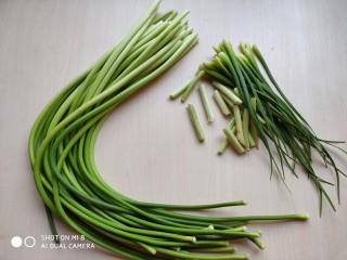 蒜薹炒豆腐,蒜薹去掉根部较老的部分和尾须,清洗干净。