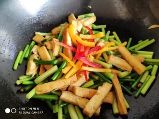 蒜薹炒豆腐,最后放入红椒丝和黄椒丝,翻炒均匀后出锅。
