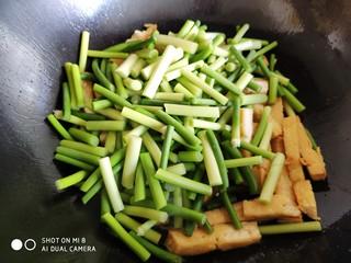 蒜薹炒豆腐,然后放入蒜薹。