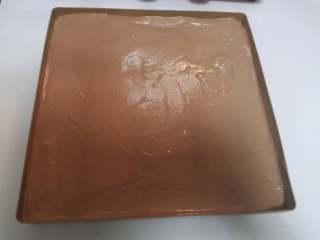 小熊熊蛋糕卷,用刮板刮平,在桌子上震几下,震出气泡。