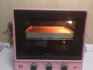 小熊熊蛋糕卷,预热烤箱170°上下火烤18-20分钟。根据自己烤箱的脾气适当调整温度,我用的是海氏B30