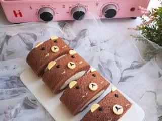 小熊熊蛋糕卷,大的圆片对半切成半圆,做小熊的耳朵。小熊的胡子我是用沙拉酱挤的,也可以用白巧克力,不挤也影响不大。