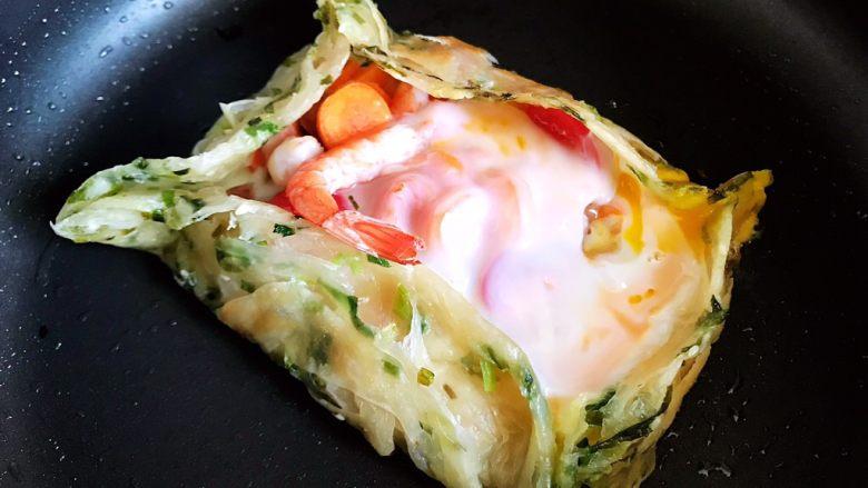 不一样的早餐手抓饼,这个样子就差不多了(根据你喜欢吃鸡蛋黄的熟度来调节时间)